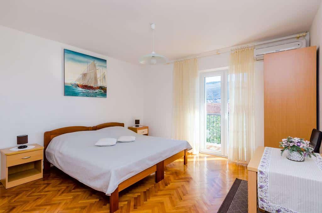 Cama de casal no Guest House Vulic, em Dubrovnik