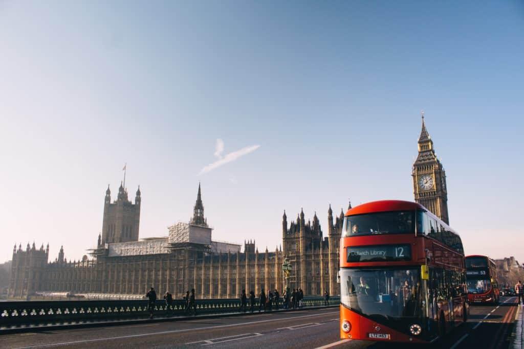 Ônibus de dois andares, típico de Londres, e Big Ben ao fundo