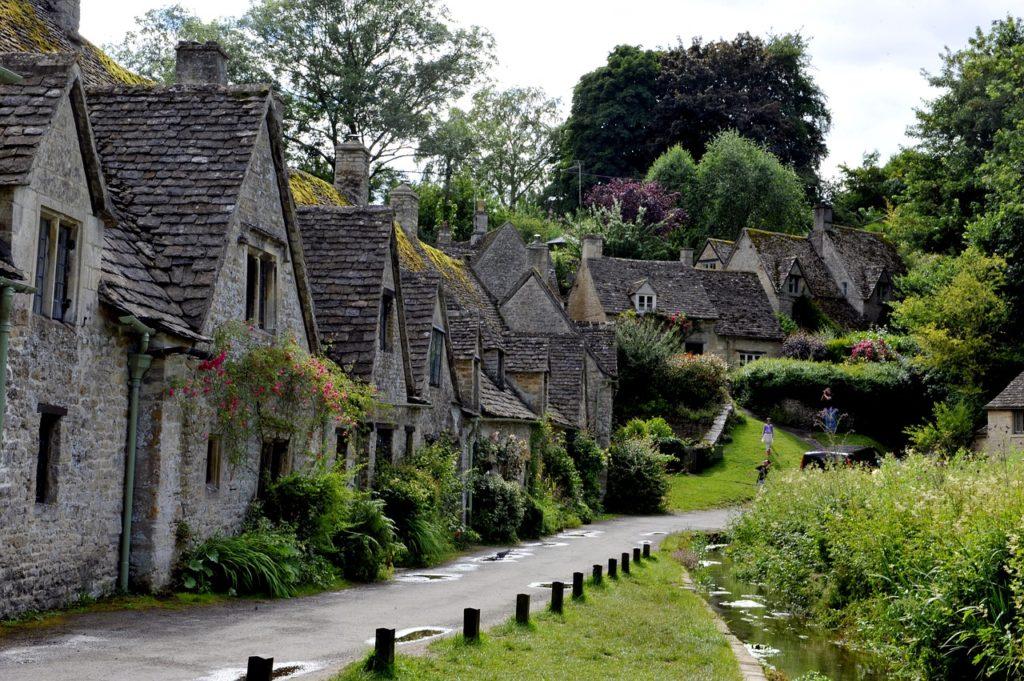 Foto de casinhas em estilo medieval em vila histórica da Inglaterra