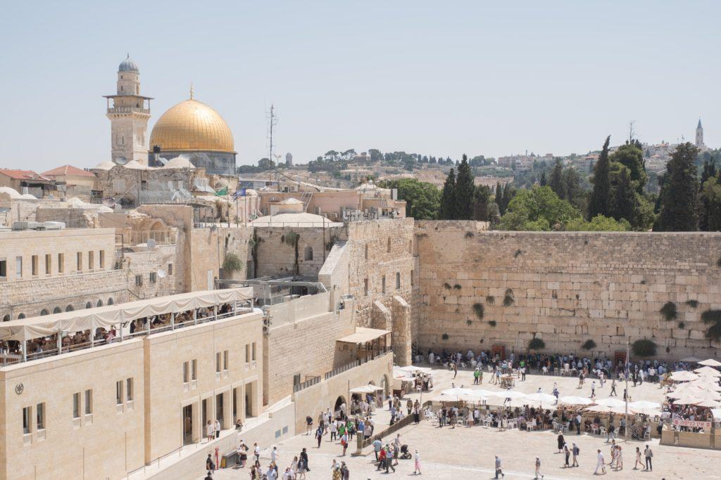 Parte do Muro das Lamentações e da Cúpula da Rocha, em Jerusalém, Israel