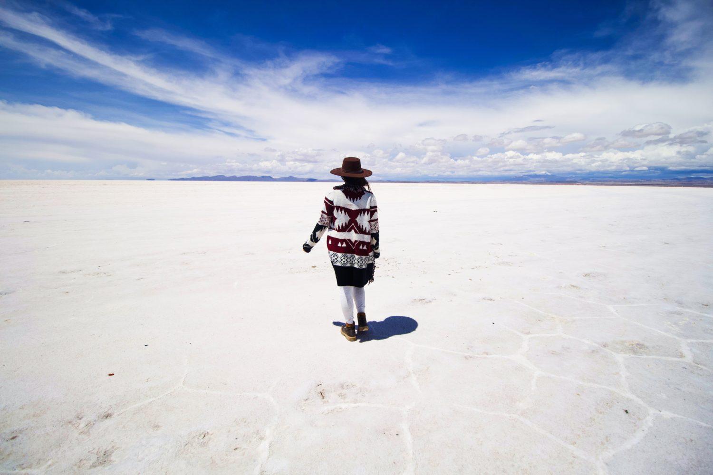 mulher andando no salar de uyuni na bolívia