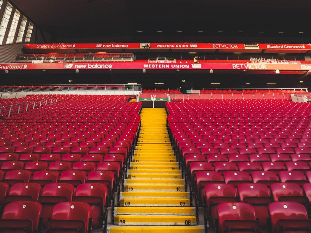 Foto da arquibancada do estádio Anfield, do Liverpool