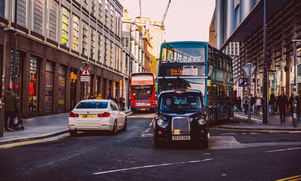 Rua de Liverpool com carros e ônibus circulando
