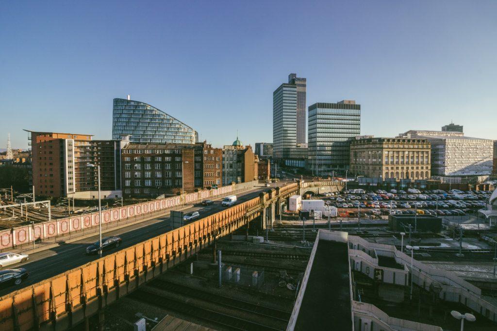 Foto de ponte na cidade de Manchester, com prédios ao fundo