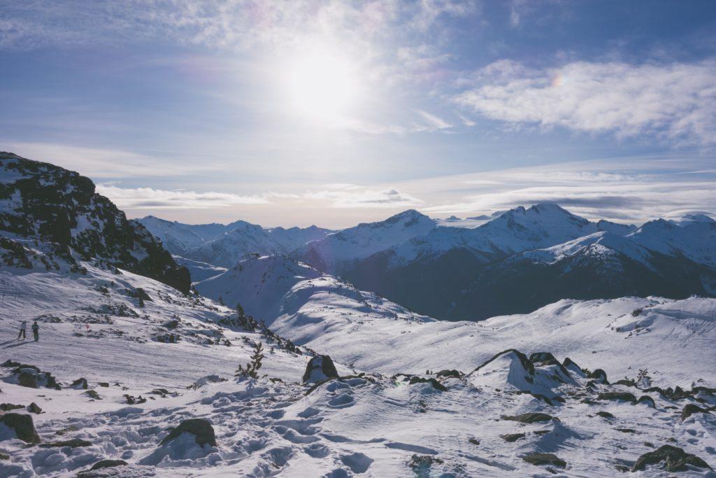 Montanha de Whistler tomada por neve em dia de sol