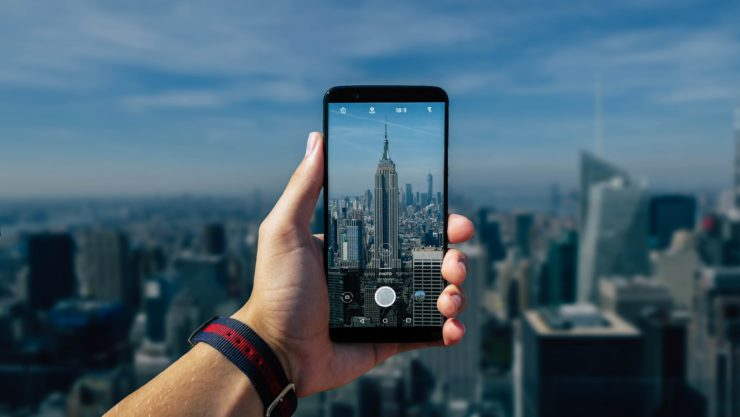 pessoa fotografando com o celular o empire state building em nova york nos estados unidos