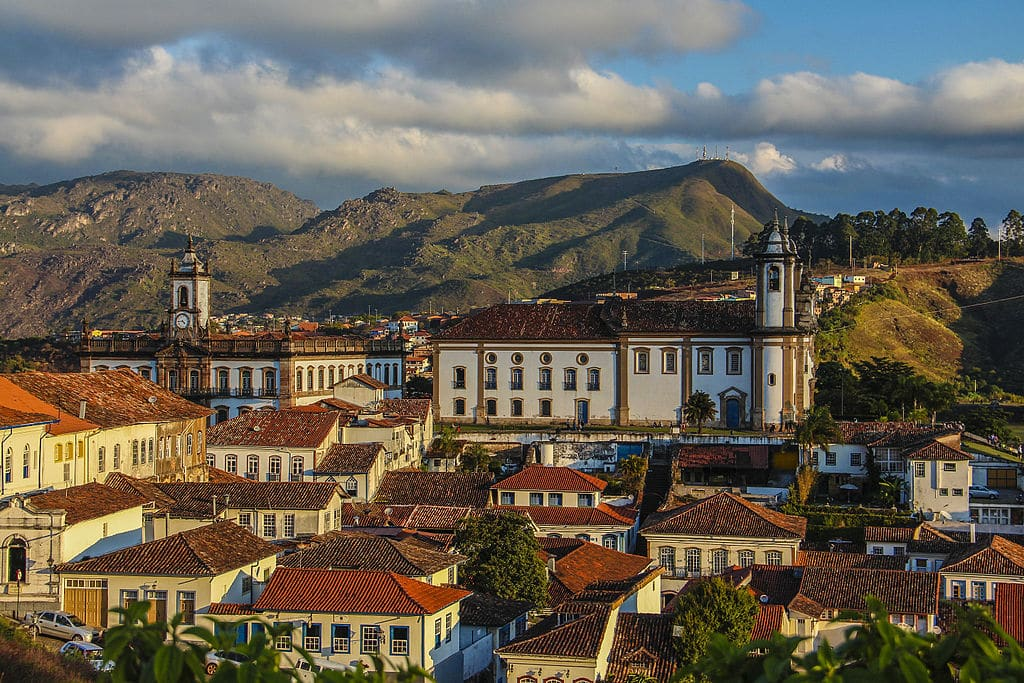 Cidade história de Outro Preto em vista panorâmica, com luz do sol de fim de tarde