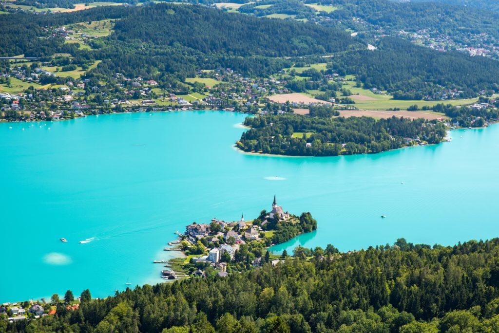 Área verde com lago azul anil na Áustria