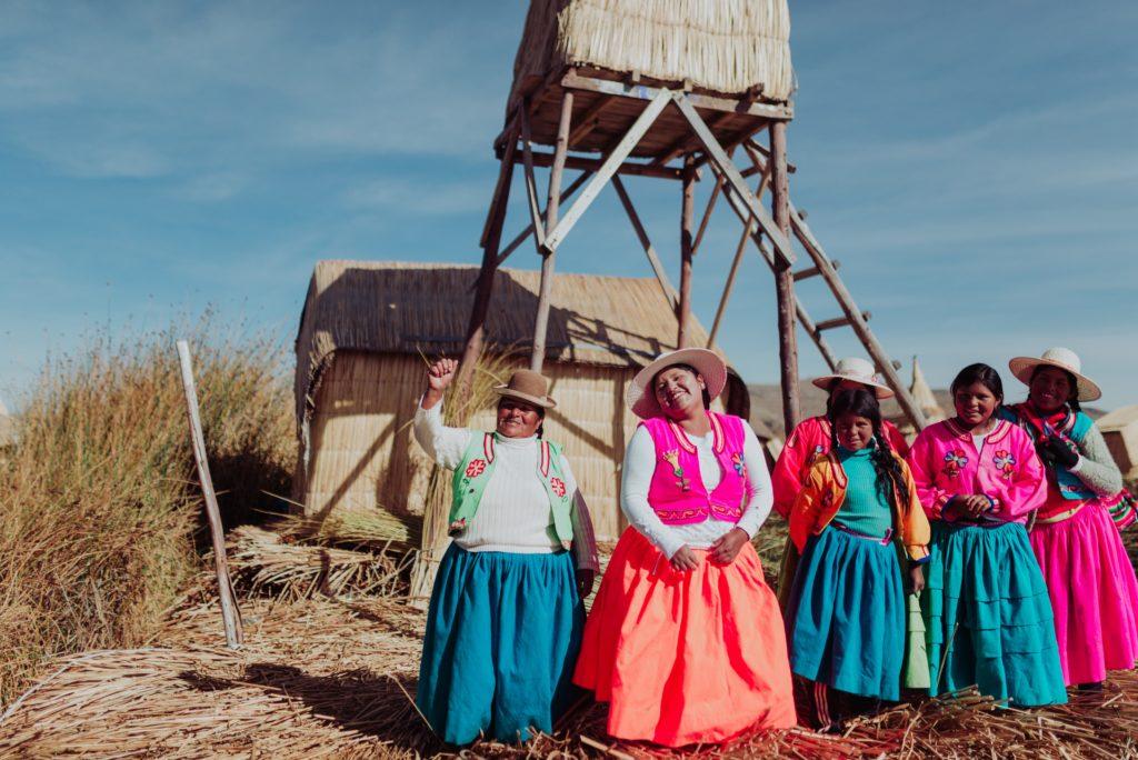Pessoas com vestimentas típicas no Peru