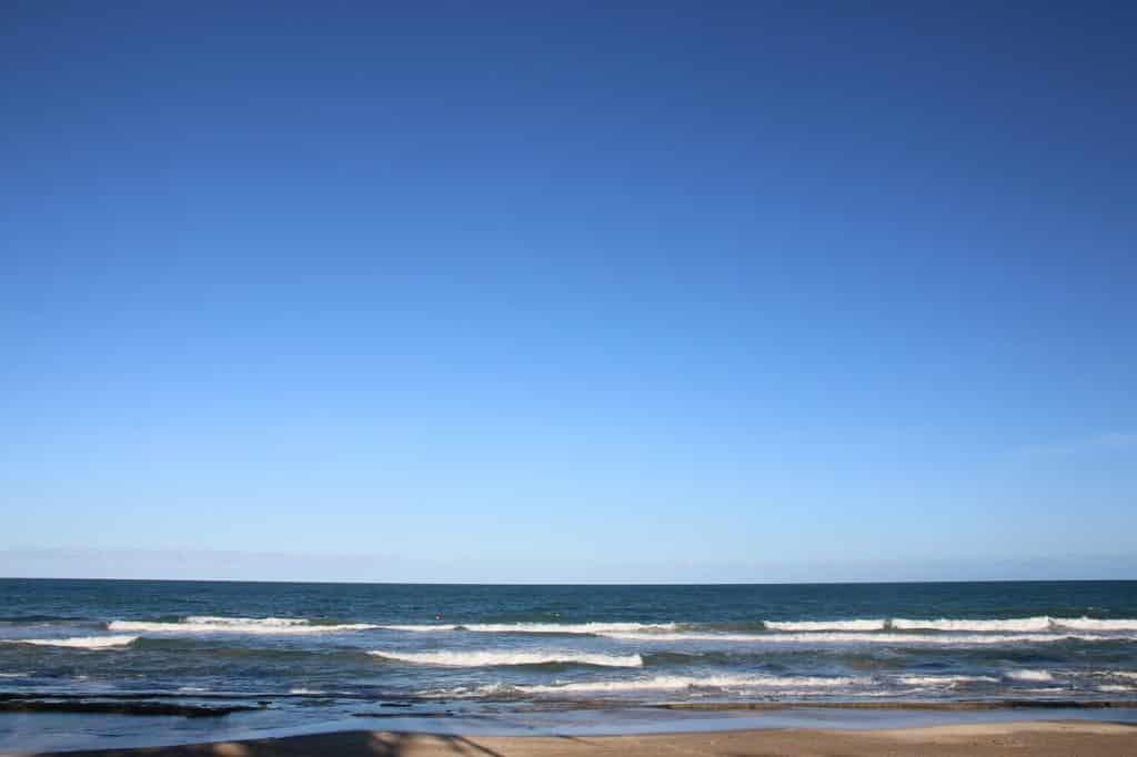 Mar com ondas curtas em Porto de Galinhas