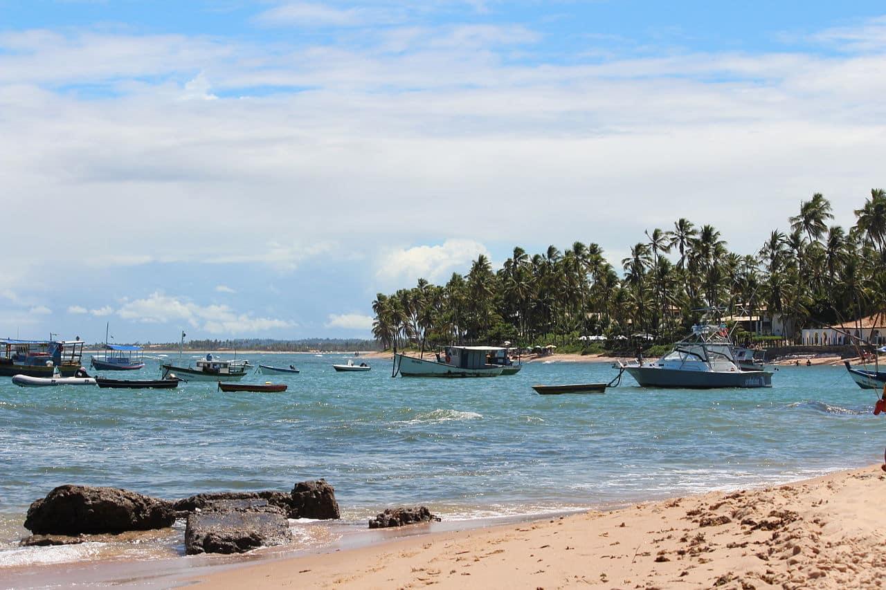 Barcos no mar da Praia do Forte