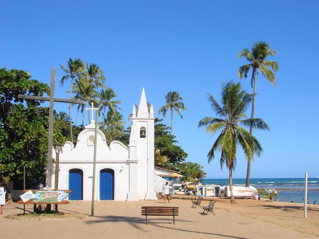 Igreja em pracinha na Praia do Forte