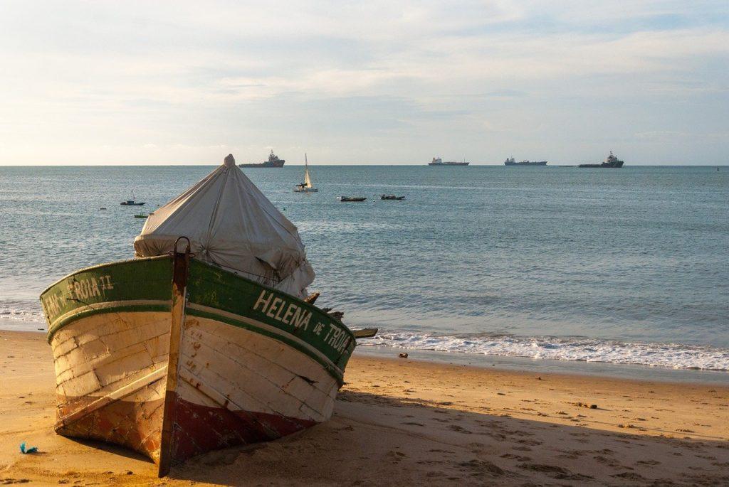 Barco em praia de Fortaleza, Ceará