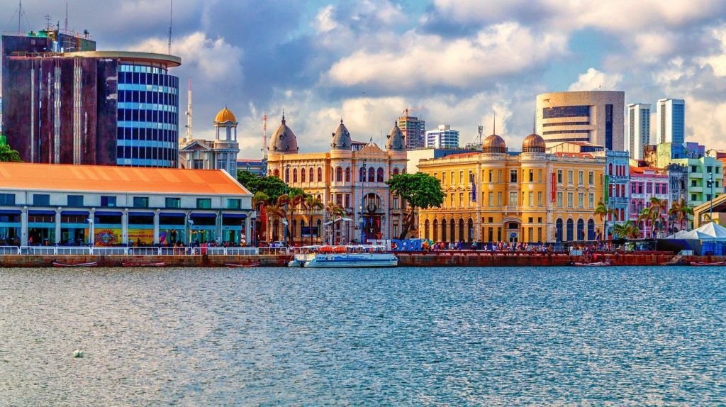 Foto da Praça do Marco Zero, em Recife, ao fundo, com mar em frente