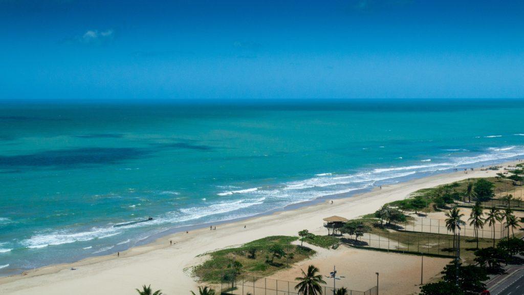 Foto da praia Pina em Recife, com mar límpido e areia clara