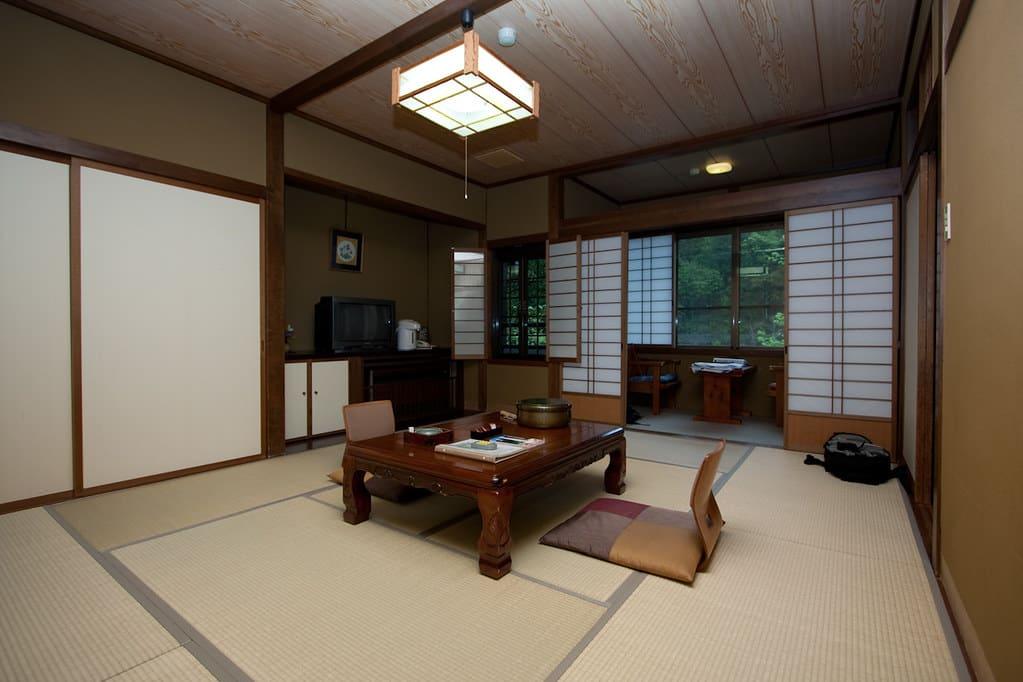 Foto de um quarto tradicional japonês, chamado ryokan