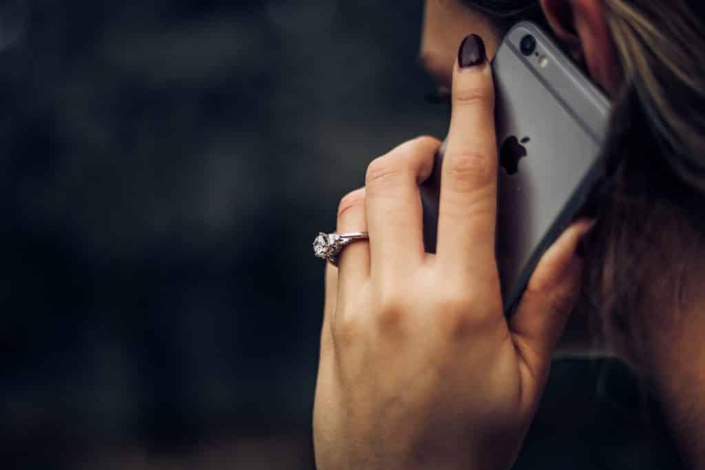 mulher falando no smartphone com chip internacional para celular