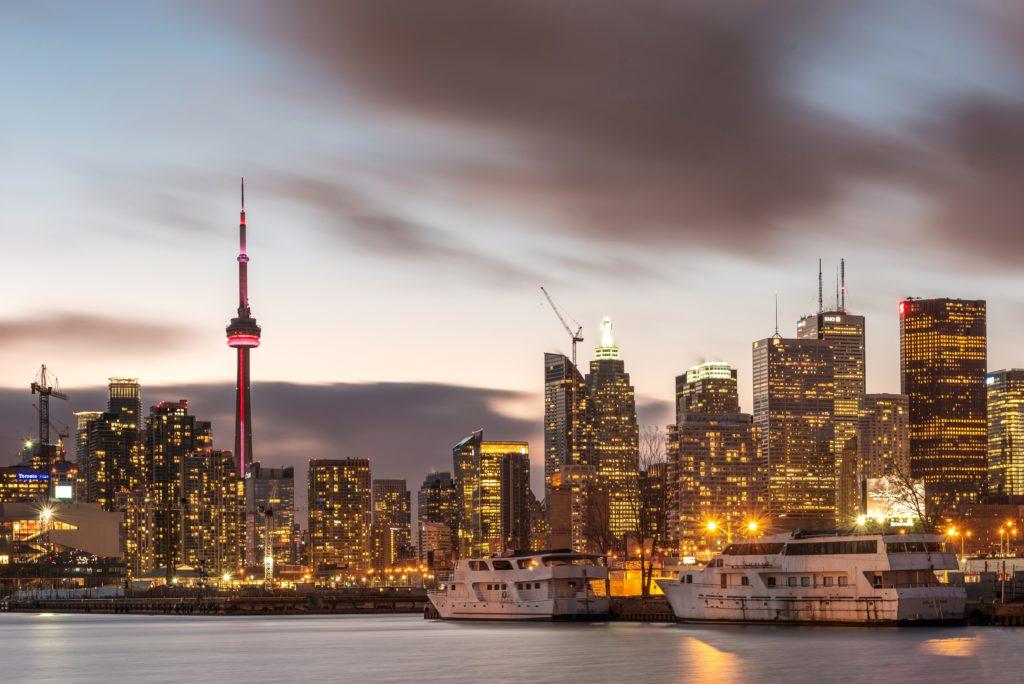 CN Tower em destaque na paisagem de Toronto