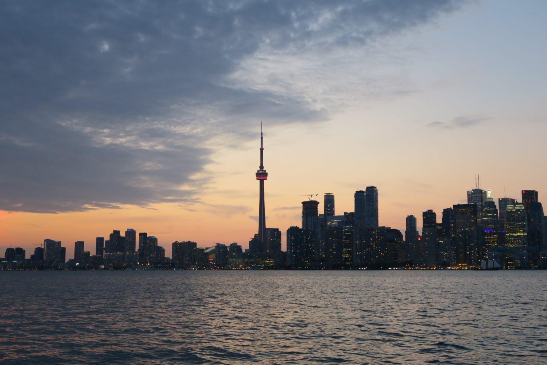 Arranha-céus em Toronto e CN Tower em destaque na cidade