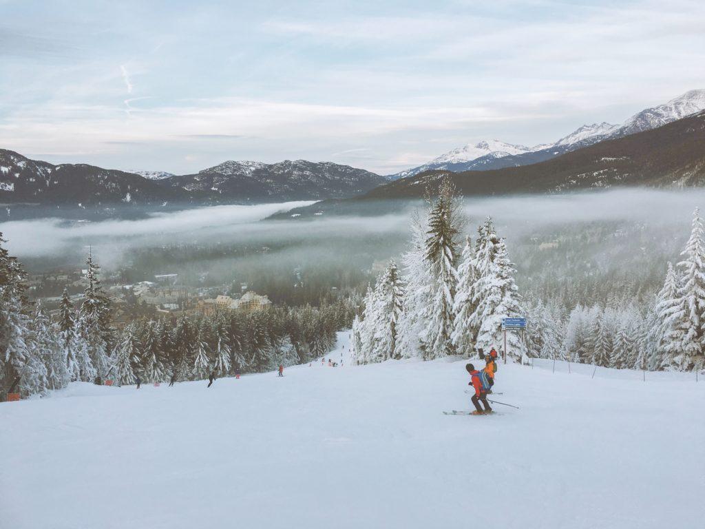 Foto de pista de esqui em Whistler, no Canadá, com duas pessoas esquiando