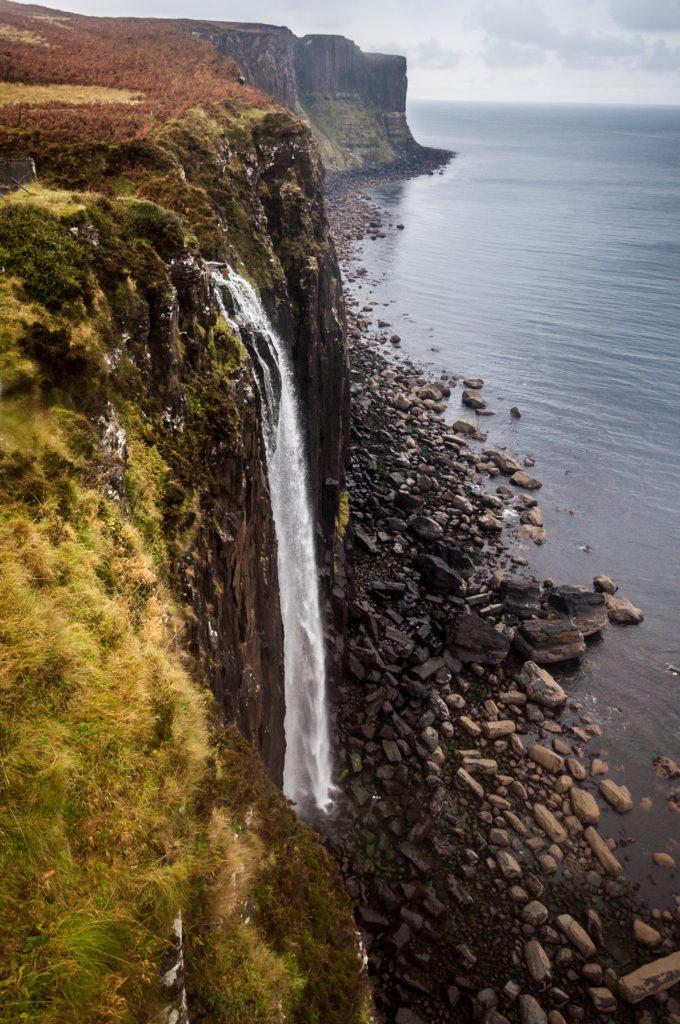 Cachoeira Kilt Rock and Mealt na Ilha de Skye, na Escócia do Reino Unido