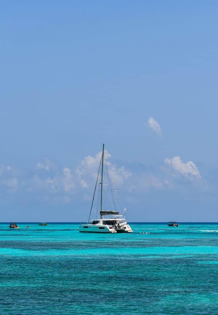 barco velejando na isla mujeres