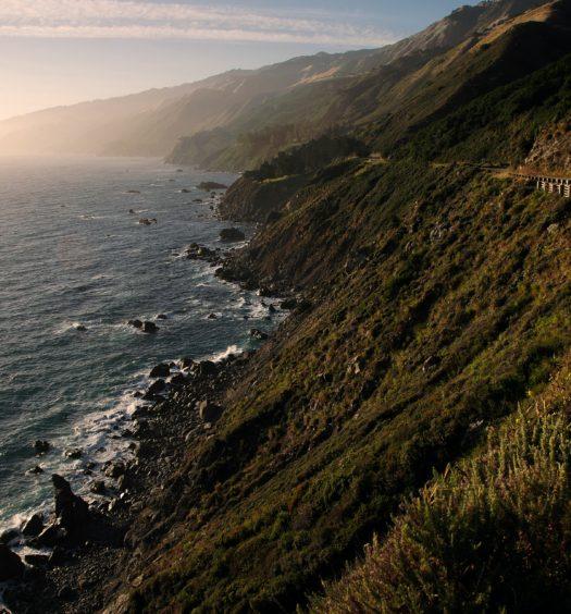 estrada à beira mar na Califórnia
