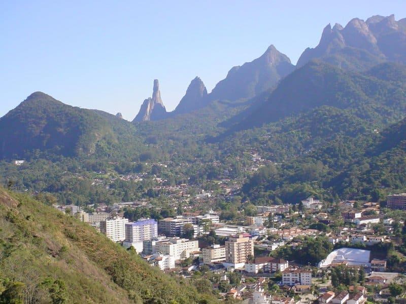 Vista da cidade de Teresópolis no Rio de Janeiro, ao fundo o Dedo de Deus
