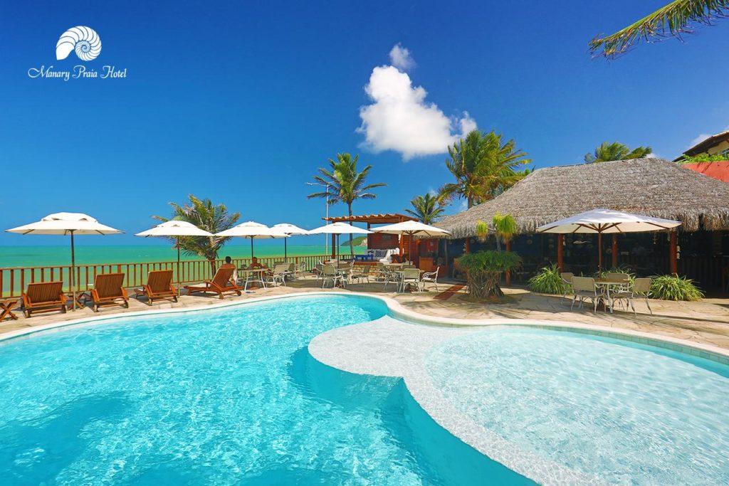 Piscina com vista para o mar no Manary Praia Hotel