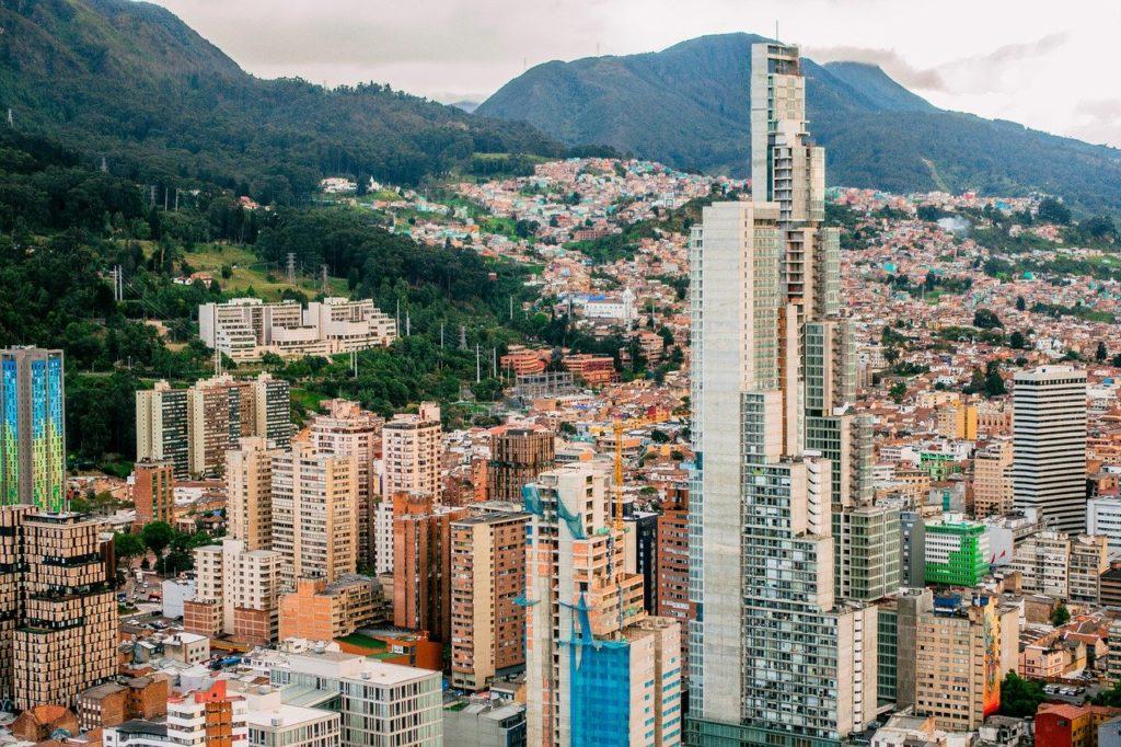 Prédios em parte da capital colombiana, ilustrando post de o que fazer em Bogotá