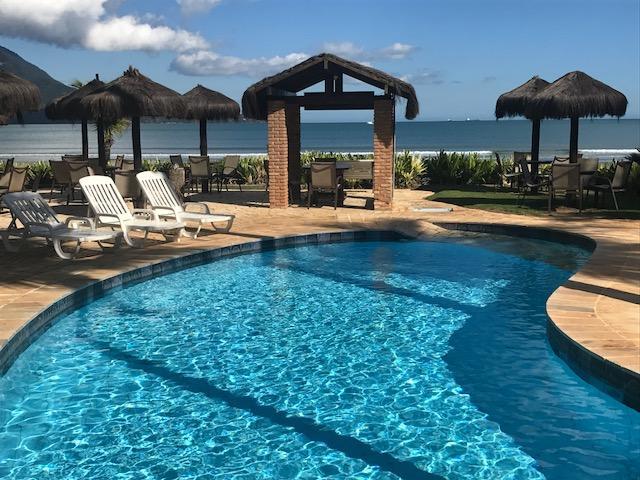 Piscina com vista para o mar de São Sebastião no Barequeçaba Praia Hotel