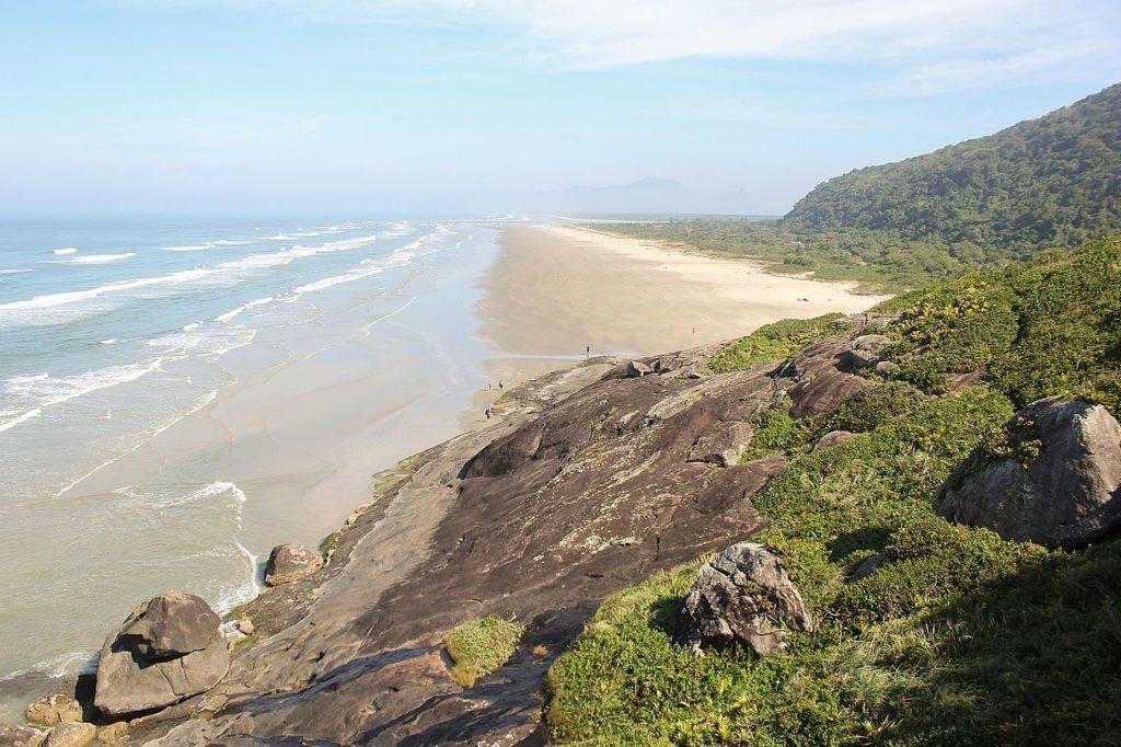 Foto da orla da Barra do Una e da vegetação em volta
