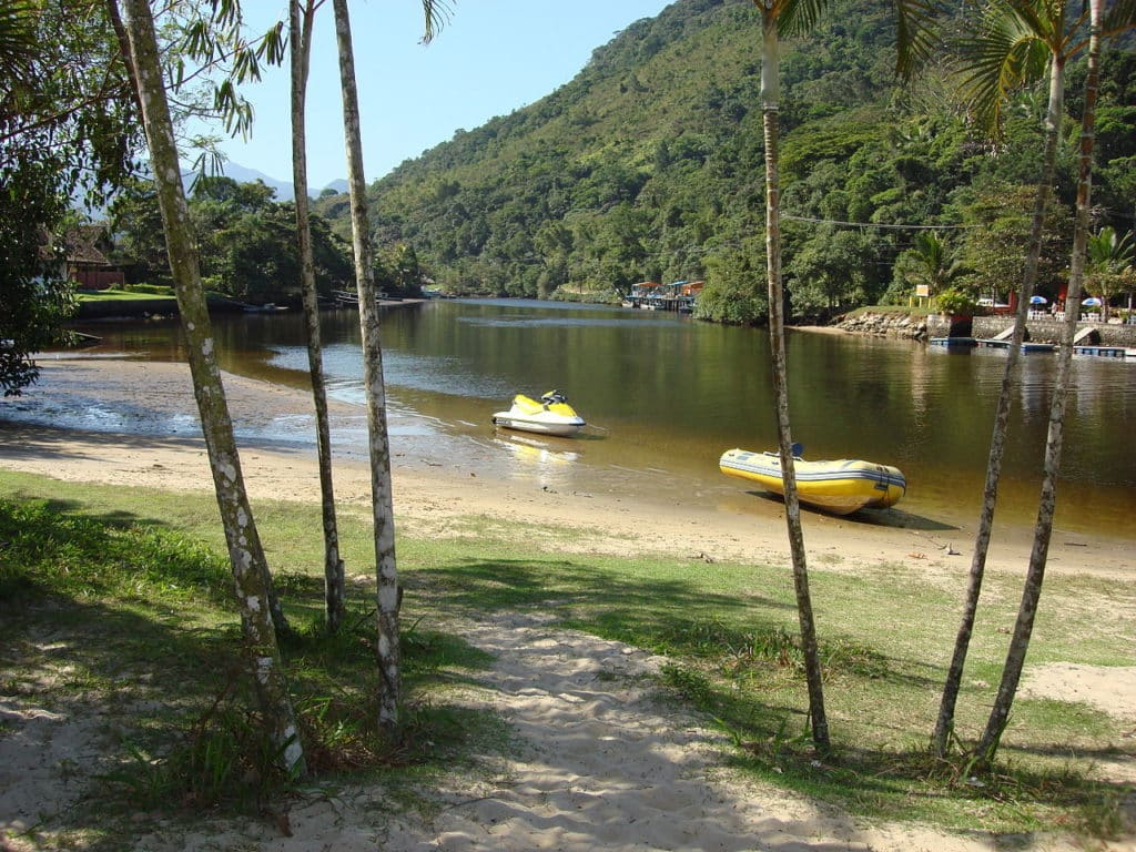 Rio Una, da Praia do Una, com canoas e vegetação
