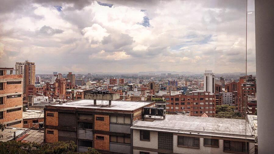 O bairro Chapinero Alto com vista para Bogotá em dia nublado
