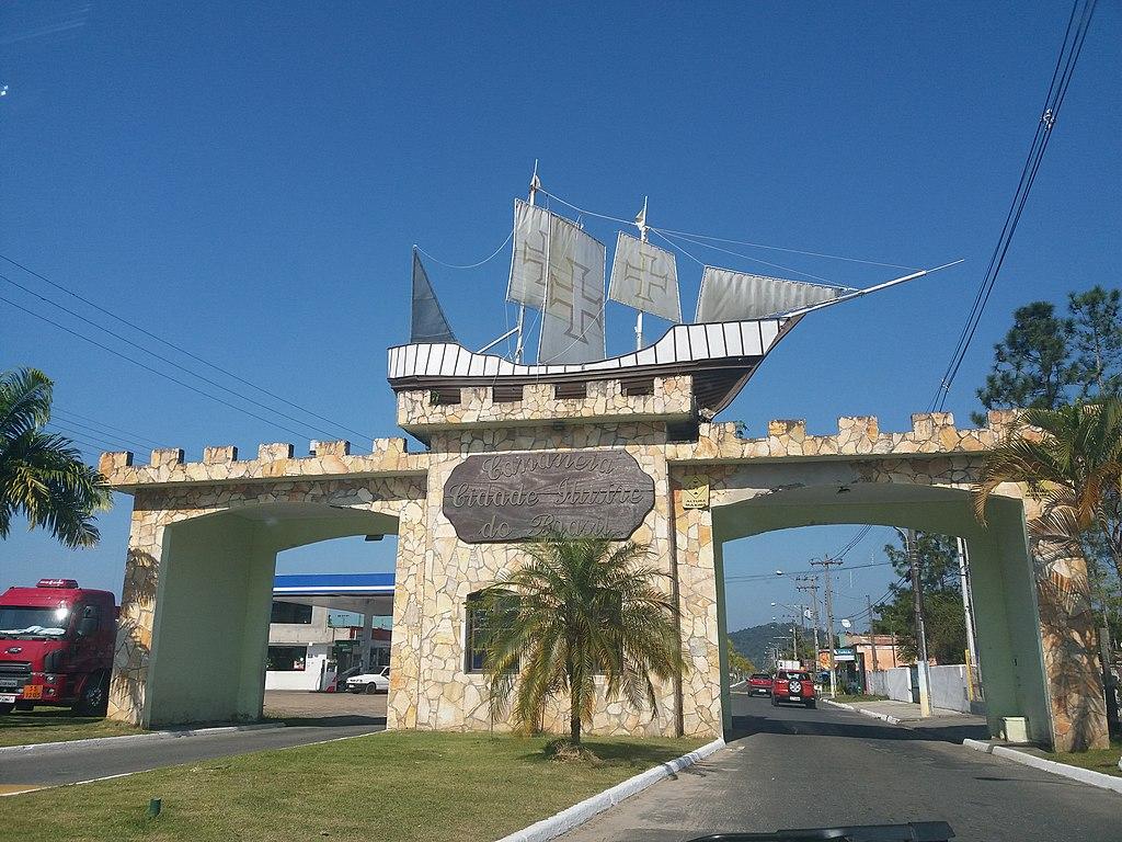 Estrutura da entrada de Cananéia, com vela portuguesa enfeitando o arco