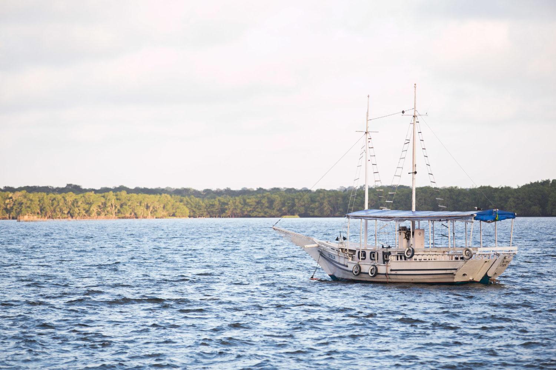 Barco no mar de Cananéia, litoral sul de SP