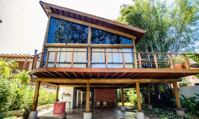 Parte da casa de vidro no sahy, com varanda