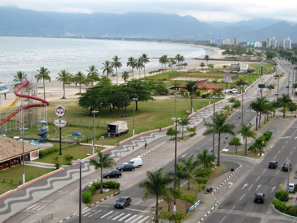 Centro de Caraguatatuba com quiosques, parque de diversão, coqueiros e calçadão