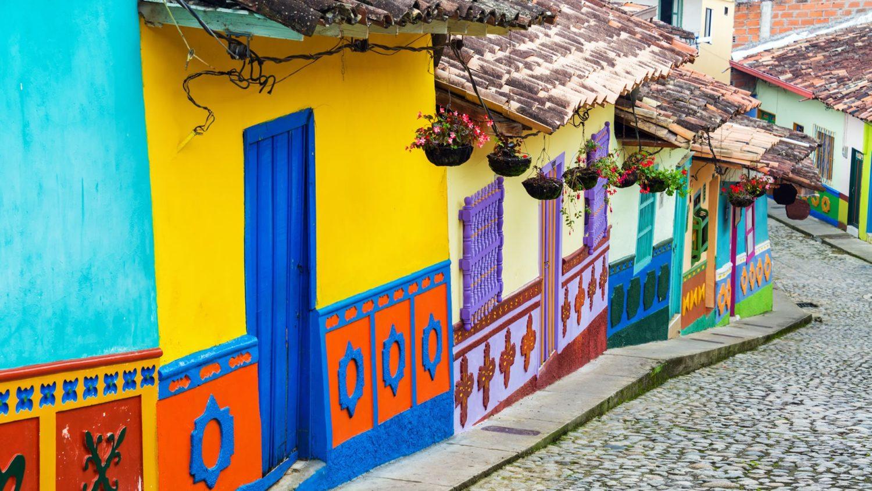 Casinhas coloridas em rua de Bogotá, na Colômbia