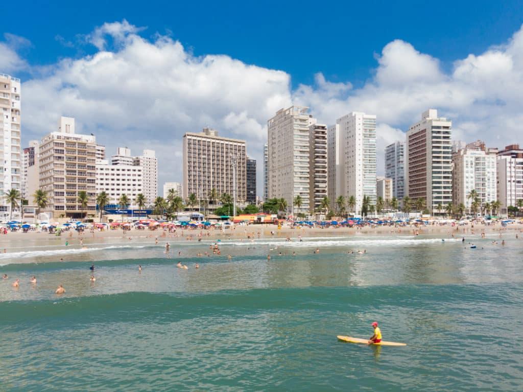 Mar de praia do Guarujá, com prédios ao fundo