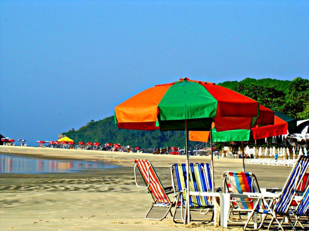 Guarda-sol e cadeiras de praia na Praia de Pernambuco, no Guarujá
