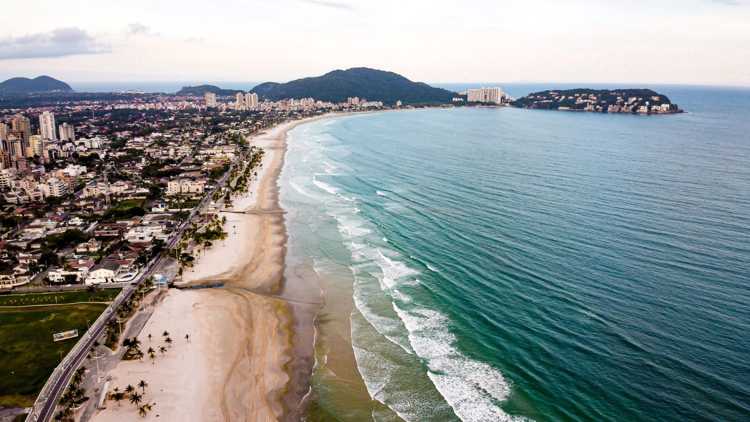 Vista aérea do mar em Guarujá, litoral de SP
