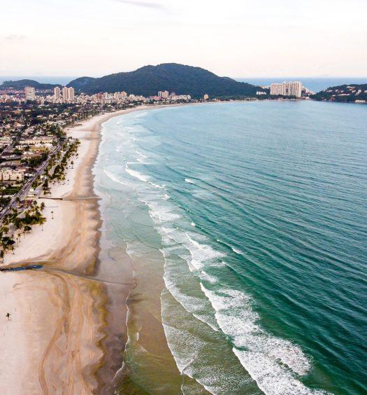 Vista aérea do mar em Guarujá, litoral de SP