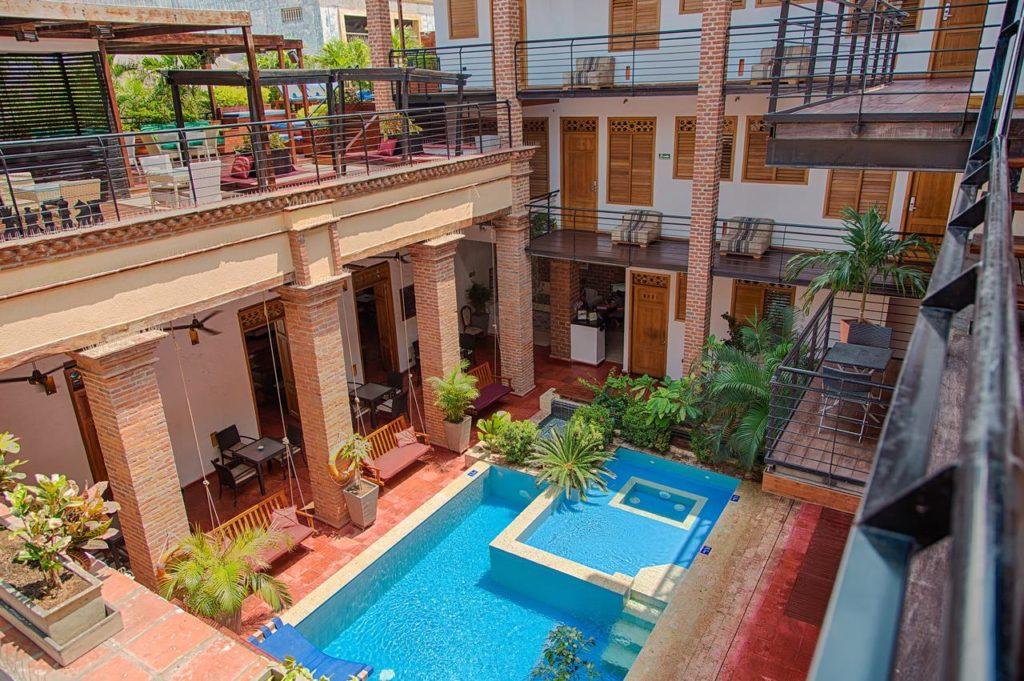 Área comum com piscinas, terraços e varandas no charmoso Hotel Boutique Casa Carolina