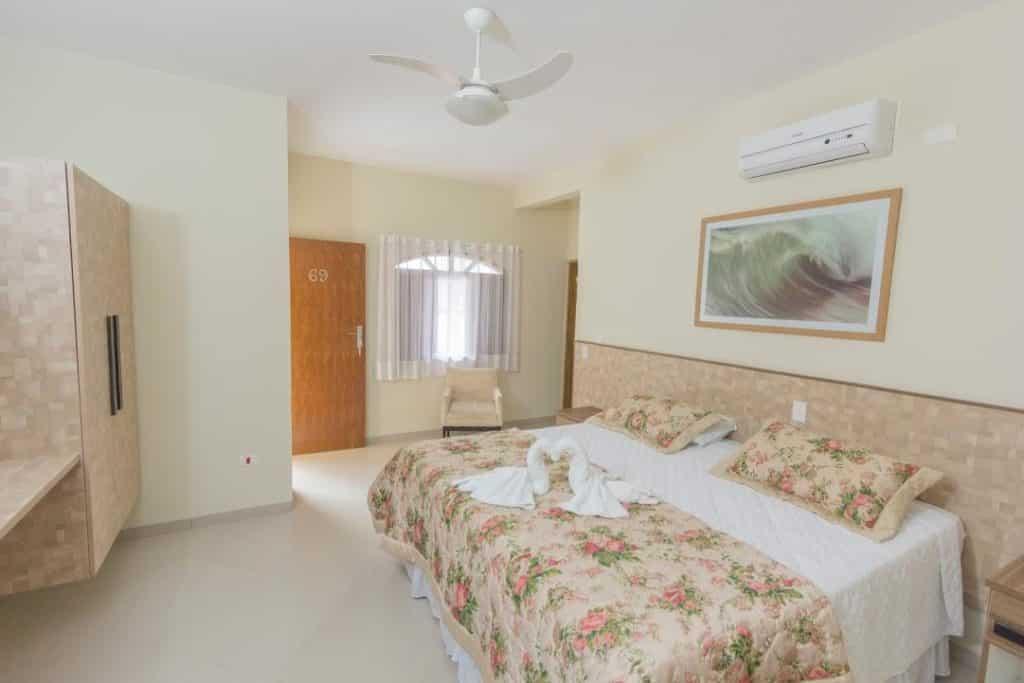 Quarto amplo no Hotel Camburi Praia