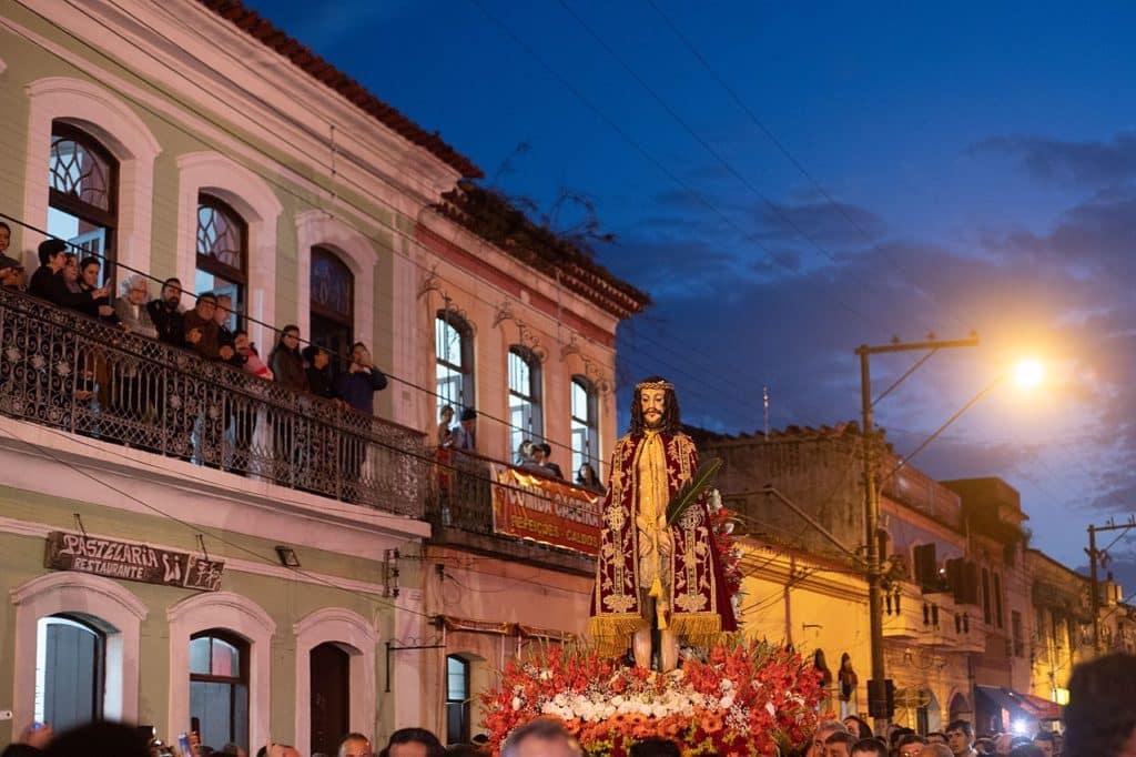 Imagem de Bom Jesus de Iguape sendo carregada em procissão na cidade