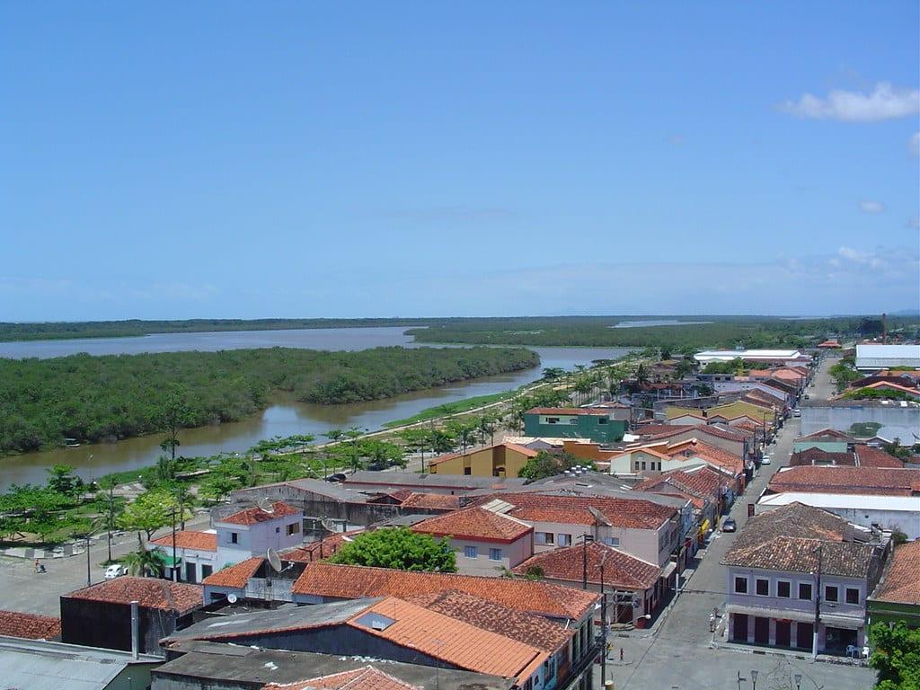 Vista da Rua Tiradentes, parte de Iguape, com vista para o Mar Pequeno ao fundo