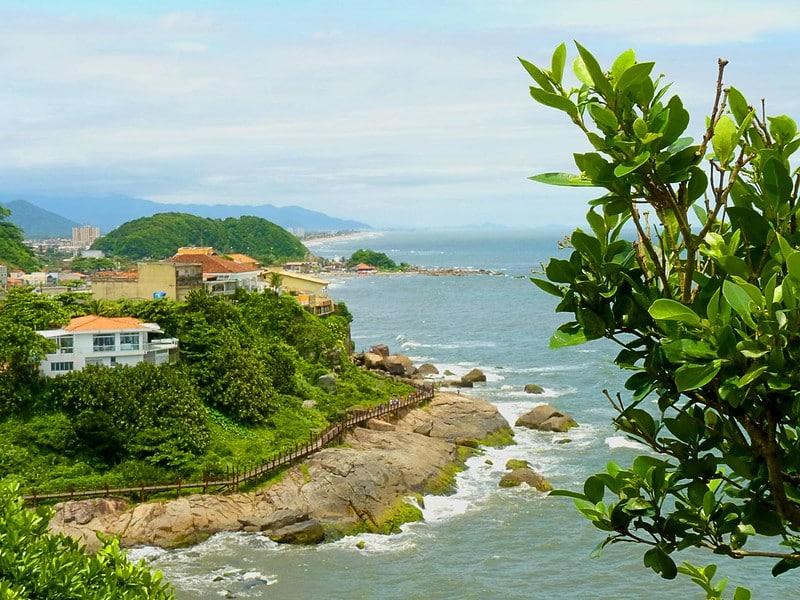 Pedras na costa de Itanhaém, no caminho para a Cama de Anchieta, um dos pontos turísticos