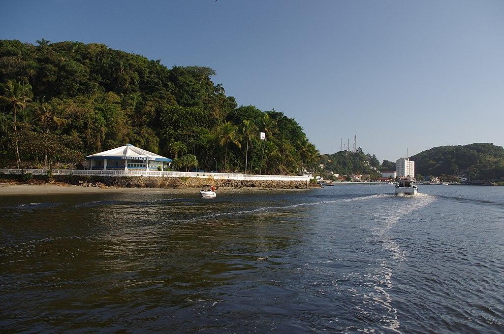 Casinha de clube de iate, águas e embarcações navegando
