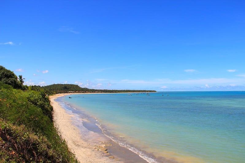 Oceano de cor verde-água em praia vazia de Japaratinga, no Alagoas